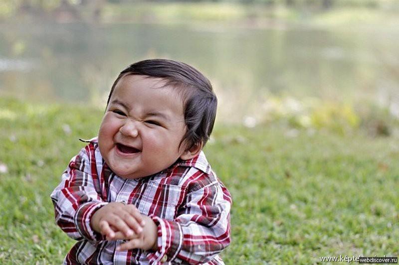 Un petit garçon avec une frimousse diabolique